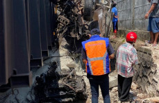 Rem Blong, Truk Pengangkut Semen Tabrak Rangkaian Kereta Babaranjang - JPNN.com