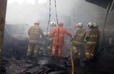 Bengkel Serta 15 Mobil dan Tiga Motor di Duren Sawit Gosong Terbakar - JPNN.com