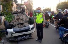 Diduga Sopir Mengantuk, Mobil Tabrak Tiang Telepon dan Terguling di Daan Mogot - JPNN.com