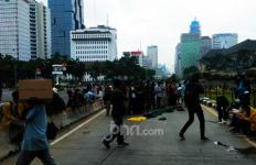 Ratusan Mahasiswa BEM SI Salat Berjemaah Sebelum Menggelar Demonstrasi Tolak UU Ciptaker - JPNN.com