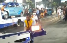 Detik-detik Kecelakaan Beruntun di Jalan Dewi Sartika Jaktim - JPNN.com