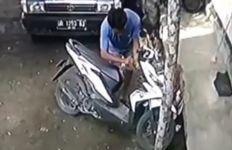 Maling Motor Terekam CCTV, Lihat Tuh Ciri-Cirinya - JPNN.com
