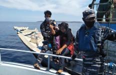 TNI AL Bantu Evakuasi Penumpang KMP Pemana Raya - JPNN.com