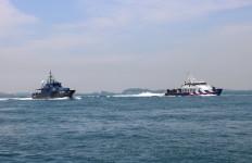 Lihat, Kapal Pemburu Bea Cukai dan Singapore Police Coast Guard Bertemu di Tengah Laut - JPNN.com