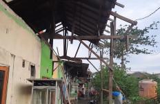 Rumah Rusak Disapu Puting Beliung di Bekasi Bertambah, Sebegini Jumlahnya - JPNN.com