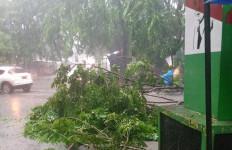 Hujan Angin Sore Hari Akibatkan Berbagai Bencana di Bekasi - JPNN.com
