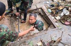 Aksi Prajurit TNI Sungguh Heroik di Tengah Guyuran Hujan - JPNN.com