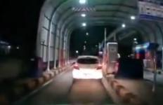 Viral, Brio Terobos Palang Pintu Tidak Bayar Uang Tol Jakasampurna - JPNN.com