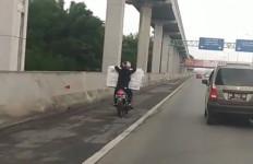 Ayo Mengaku, Siapa Ini Naik Sepeda Motor Masuk Tol Jakarta - Cikampek? - JPNN.com