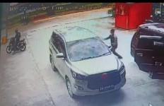 Beraksi Siang Bolong, Bandit Pecah Kaca Terekam CCTV Bawa Kabur Uang Ratusan Juta Rupiah - JPNN.com
