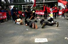 Berdemo Tolak UU Ciptaker, Mahasiswa Berteater Gambarkan Kesusahan Rakyat - JPNN.com