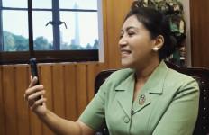 Hetty Andika Perkasa Pantau Langsung Renovasi Rumah Nenek Rokhimah - JPNN.com