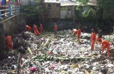 Menjijikkan! Tumpukan Sampah Sepanjang 100 Meter Selimuti Kali Jambe Bekasi - JPNN.com