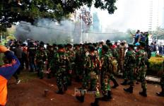 Mantap! TNI Turun Tangan Mengatasi Situasi Tak Terkendali di Patung Kuda - JPNN.com