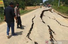 Jalan Perbatasan Riau-Sumbar Amblas, Kompol Sri Rahayu: Pengendara Tolong Berhati-hati - JPNN.com
