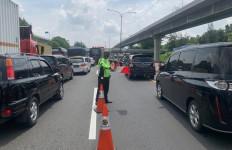 Siang Ini Tol Japek Macet, Contraflow Sepanjang 14 KM Diterapkan, Catat Titiknya - JPNN.com