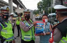 Lihat Nih, Pak Polantas Minta Maaf lalu Bagi-bagikan Beras - JPNN.com