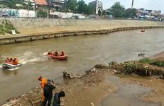 Lagi Asyik Berenang, Jaki Mubarok Hanyut di Sungai Ciliwung - JPNN.com