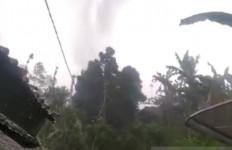 61 Rumah di Sukabumi Rusak Diterjang Angin Puting Beliung - JPNN.com