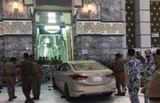 Heboh! Mobil Terobos Pembatas dan Tabrak Gerbang Masjidilharam, Begini Kondisi Pelaku - JPNN.com