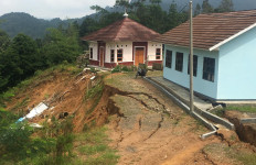 Lihat, Gedung Sekolah dan Musala di Lebak Nyaris Amblas ke Jurang - JPNN.com