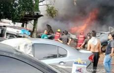 Ditinggal Pergi Pemilik, Bengkel Dilalap Api, Puluhan Mobil Hangus - JPNN.com