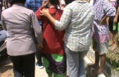 Pulang Melaut, FN Terima Laporan dari Anak, Sang Istri Digerebek Warga saat Berduaan dengan Lelaki Lain - JPNN.com