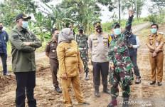 Ade Yasin Kerahkan TNI Membuka Jalur Puncak Dua - JPNN.com