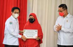 Gus Menteri dan Mensos Juliari Salurkan BST dan BLT Desa di Subang - JPNN.com
