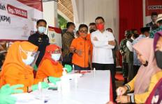 Mensos Hingga Dirut Pos Indonesia Tinjau Penyaluran BST Tahap 8 di Subang - JPNN.com