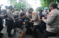 Orang Ini Bersiap Menyerang Polisi di Tengah Demo Mahasiswa, Siapa Dia? - JPNN.com