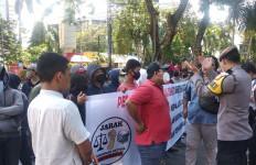 Gagal Bertemu Pejabat Kemenhub, Demonstran Lempar Telur Busuk - JPNN.com