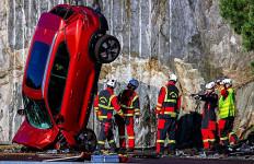 10 Mobil Volvo Dijatuhkan dari Ketinggian 30 Meter - JPNN.com