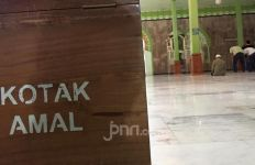 Maling Kotak Amal Musala Terekam CCTV, Berbaju Merah, Celana Hitam - JPNN.com