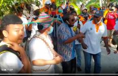 Seru, Billy Ajak Menteri Suharso Joget Tarian Papua Bersama - JPNN.com