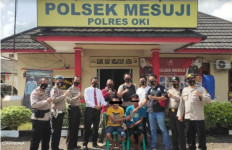 Bikin Resah Sopir Truk, Aksi 2 Remaja Ini Terbilang Nekat - JPNN.com
