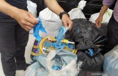 Polrestabes Bandung Ungkap 2,5 Ton Sarung Tangan Medis Bekas Akan Diedarkan - JPNN.com