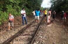 Pamit Main, 2 Remaja Ditemukan Tewas Tersambar Kereta Api - JPNN.com