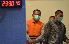 Lihat, Menteri Edhy Sudah Pakai Rompi Tahanan KPK dan Diborgol - JPNN.com