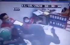 Menegangkan, Perampok Bersenjata Tajam Masuk Minimarket Bekasi, Pelaku Pakai Atribut Ojol - JPNN.com
