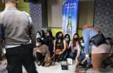 Polisi Obok-obok Tempat Hiburan Malam, 5 Orang Positif Narkoba - JPNN.com