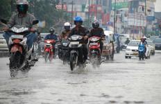 4 Cara Ngerem Naik Sepeda Motor saat Musim Hujan Agar Tidak Tergelincir - JPNN.com
