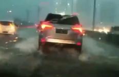 Cara Aman Mengendarai Mobil saat Hujan, Jangan Nyalakan Lampu Hazard! - JPNN.com