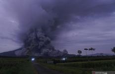 Begini Penampakan Luncuran Awan Panas Gunung Semeru, Warga Mengungsi - JPNN.com
