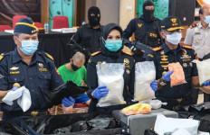 Bea Cukai Soekarno-Hatta dan Polrestabes Bandung Bongkar Industri Tembakau Gorila - JPNN.com