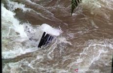 Penampakan Alat Berat yang Terseret Longsor Ratusan Meter ke Dasar Sungai - JPNN.com