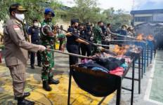 Bea Cukai Musnahkan Barang Ilegal Bernilai Miliaran Rupiah, Ada Dua Senjata Api - JPNN.com