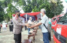 Korlantas Serahkan 9.500 Sembako ke Opang dan Sopir Angkot di Bintaro - JPNN.com