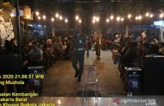 Pengunjung Kafe Berjubel, Satpol PP Datang, Hemm.. - JPNN.com