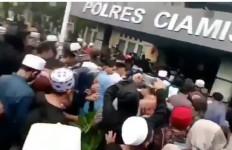 Ratusan Orang Serbu Kantor Polisi Minta Habib Rizieq Dibebaskan - JPNN.com